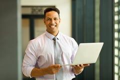 Hållande bärbar dator för anställd Royaltyfri Foto
