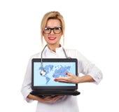 Hållande bärbar dator för doktor Arkivbild