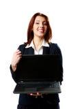 Hållande bärbar dator för gladlynt affärskvinna royaltyfri foto