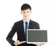Hållande bärbar dator för lycklig ung affärsman Arkivfoto