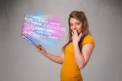 Hållande bärbar dator för tillfällig kvinna med exploderande data och numers Royaltyfri Foto