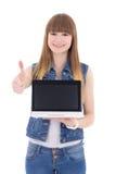 Hållande bärbar dator för tonårs- flicka med copyspacetummar som upp isoleras på Royaltyfri Fotografi