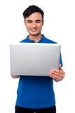 Hållande bärbar dator för ung grabb Royaltyfri Foto