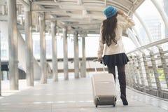 Hållande bagage för asiatisk kvinna arkivfoto