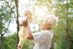 Hållande barnbarn för morförälder Royaltyfria Bilder