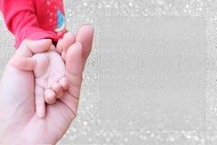 Hållande barnhand för bakgrund royaltyfri bild