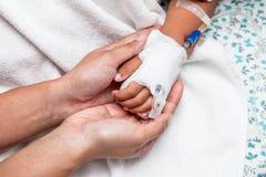 Hållande barns för moder hand som har dropplösningen Royaltyfri Fotografi