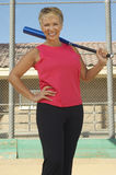 Hållande baseballslagträ för kvinna royaltyfri bild