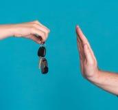 Hållande biltangent för kvinna, man som lyfter handen i en stoppgest Royaltyfria Foton