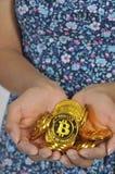 Hållande bitcoin för kvinna royaltyfri fotografi