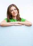 Hållande blanckort för kvinna Arkivfoto