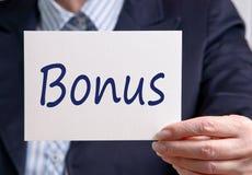 Hållande bonustecken för affärskvinna Arkivbilder