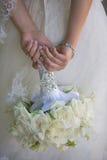 Hållande bröllopbukett för brud Arkivbilder