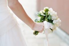 Hållande bröllopbukett för brud Royaltyfri Bild