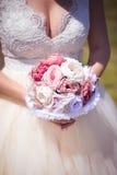 Hållande bröllopbukett för brud Royaltyfri Foto