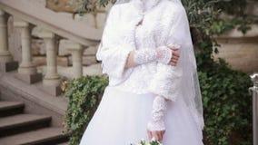 Hållande bröllopbukett för härlig brud av blommor arkivfilmer