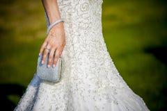 Hållande brölloppåse för brud Arkivfoto
