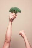Hållande broccoli i luften royaltyfri foto