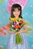Hållande bukett för härlig ung flicka av tulpan Arkivbild