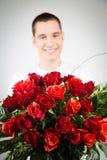 Hållande bukett för man av rosor Arkivbilder