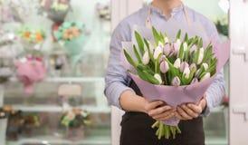 Hållande bukettblommor för manlig blomsterhandlare Royaltyfri Bild