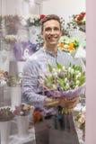 Hållande bukettblommor för manlig blomsterhandlare Royaltyfria Bilder