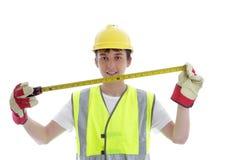 Hållande byggmästaremåttband för lärling royaltyfri bild