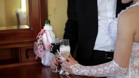 Hållande champagneexponeringsglas för brud och för brudgum arkivfilmer