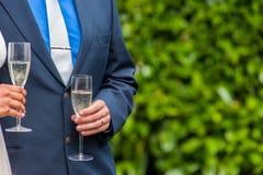 Hållande champagneexponeringsglas för par Royaltyfri Fotografi