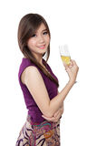 Hållande champagneexponeringsglas för stilfull flicka, på vit Royaltyfri Bild