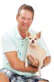 Hållande Chihuahuahund för man Royaltyfri Foto