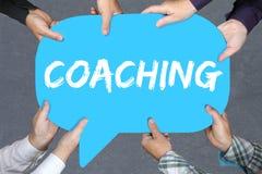Hållande coachning för grupp människor och mentoringutbildningstrainin royaltyfri foto
