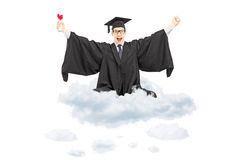 Hållande diplom för upphetsad student som placeras på molnet och göras en gest mummel Royaltyfria Bilder