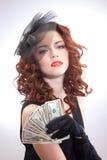 Hållande dollarpengar för ung kvinna Arkivfoto