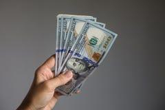 Hållande dollarsedlar för hand Royaltyfria Bilder