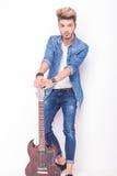 Hållande down för ung gitarrist hans elektriska gitarr Royaltyfri Bild