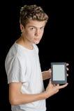 Hållande ebookavläsare för pojke som isoleras på svart Royaltyfri Foto