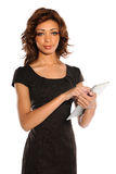 Hållande elektronisk Tablet för ung affärskvinna Royaltyfri Fotografi