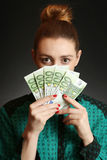 Hållande eurosedlar för kvinna Royaltyfria Foton