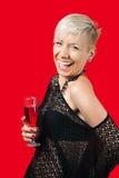 Hållande exponeringsglas för attraktiv blond flicka av rött vin Royaltyfria Foton