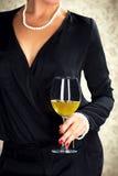 Hållande exponeringsglas för attraktiv kvinna av vitt vin royaltyfria bilder