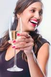 Hållande exponeringsglas för glamorös kvinna av mousserande vinchampagne arkivbilder