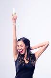 Hållande exponeringsglas för glamorös kvinna av mousserande vinchampagne royaltyfria bilder
