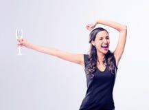 Hållande exponeringsglas för glamorös kvinna av mousserande vinchampagne royaltyfri foto