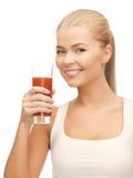 Hållande exponeringsglas för kvinna av tomatfruktsaft royaltyfri foto