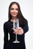 Hållande exponeringsglas för kvinna med champagne Arkivfoton