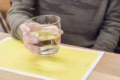 Hållande exponeringsglas för kvinnahand av vatten Royaltyfri Fotografi