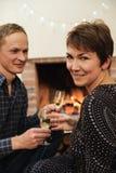 Hållande exponeringsglas för man och för kvinna av mousserande vin Fotografering för Bildbyråer