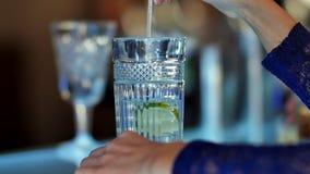 Hållande exponeringsglas för manlig hand av coctailen på trätabellen Fotografering för Bildbyråer