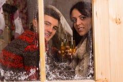 Hållande exponeringsglas för par av vin bak det Glass fönstret royaltyfria foton